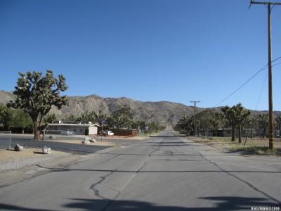 Одна из улиц в городке Yucca Valley. Безлюдно.