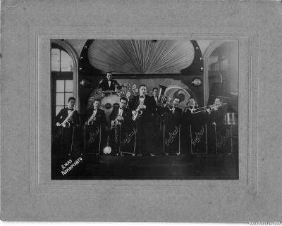 Джаз Коморского в Новосибирске – 1936 год, второй справа – Леонид Рубин, солирует Григорий Хазанкин, последний справа – Георгий Коморский