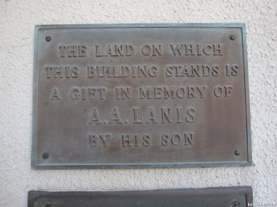 Мемориальная табличка на стене синагоги