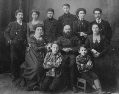 Семья Аврума Ланиса, 21 февраля 1911 года, город Красноярск. В центре сидит Аврум Ланис, справа от него его жена Итта, слева - моя бабушка Хава-Мэра. Крайний слева стоит мой дедушка Арон Рубин.