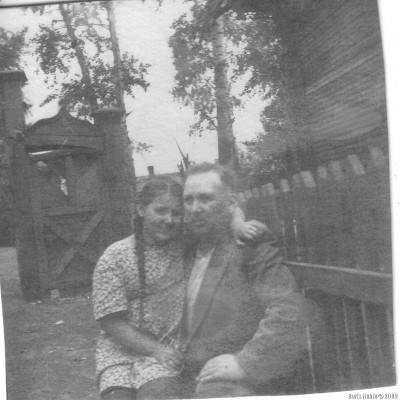 Папа с Лилей около палисадника вокруг яслей. На заднем плане видна калитка, ведущая с улицы Рабочей (Чаплыгина) в наш двор. 1952 год.