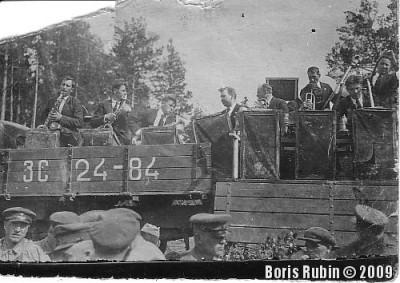 Концерт на передовой, 1943 год. Папа стоит с пюпитром между машинами.