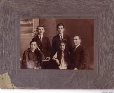 Семья моего дедушки Арона Рубина. Июнь 1928 года, город Томск. Сидят Хава-Мэра и Арон, между ними их дочь Тамара, стоят сыновья - слева Лейви-Ицхок (Леонид), справа Соломон.