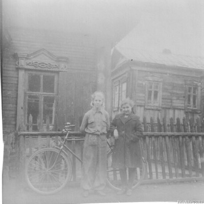 За спинами Лили и ее школьной подружки Тани Болбот виден угол яслей, а дальше двухэтажный деревянный флигель. 1952 год.