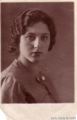 Моя мама за два месяца до моего появления на свет. Сентябрь 1938 года, город Новосибирск
