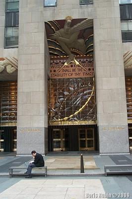 Панно над главным входом в GE Building с изречением пророка Исайи