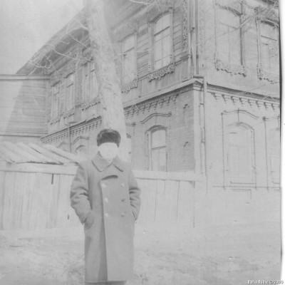 Папа стоит на улице Рабочей около нашего дома. Хорошо видна часть дома, обращенная во двор. Там же крыша сарайчика и подальше - высокие сени. Это был вход в дом. Начало 50-х годов.