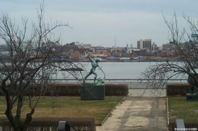 Скульптура «Перекуем мечи на орала» работы Е.Вучетича в парке около здания ООН в Нью-Йорке