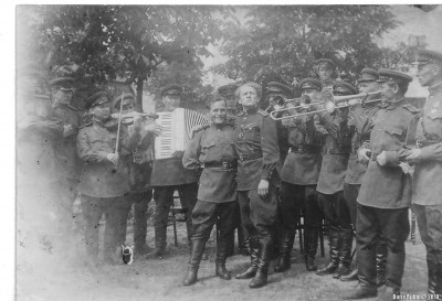 Группа участников фронтового ансамбля 13 июня 1945 года в Германии. Папа слева со скрипкой