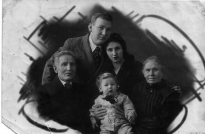 Сидят: мой дедушка Арон, я и моя прабабушка Итта, стоят:  мои папа и мама. 1939 год.