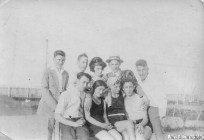 Харбин, 1933 год. Дядя Моня стоит в канотье