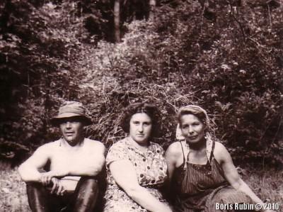 Дядя Боря, мама и тетя Шура на сенокосе в лесу