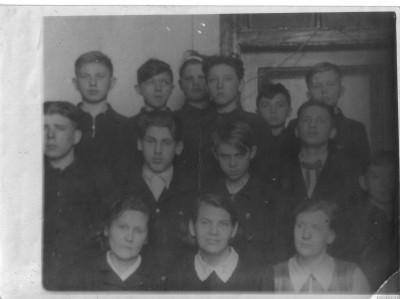 Часть выпускников из моего класса школы № 3 1953 года. Слева направо. Средний ряд: Евдокимов, Б.Рубин, Юрышев, Бартлеманов, Слава Самсонов, Верхний ряд: Саша Кузнецов, Огурцов, не помню, Вова Дорош, Вахрамеев, Вьюков