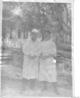 Я со своим коллегой около ЦРБ в Ляйляке. 1964 год