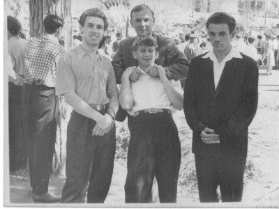 После завершения Первомайской демонстрации. Фрунзе, 1961 год.  Справа налево: Я, Вадим Вурман (показывает кукиши), перед ним Евгений Киркин и Борис Кинзбургский
