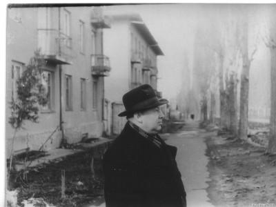 Город Фрунзе. 28 ноября 1961 года. Папа стоит около нашего дома, расположенного по адресу ул. Сорокалетия Октября №2