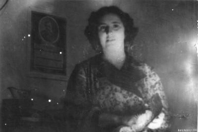 Мама с салатницей в руках
