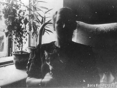 Мама с кошкой у окна
