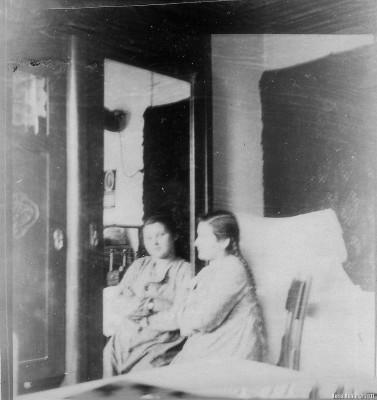 Лиля сидит у шифоньера. На руке у нее часы марки «Победа» - подарок тети Тамары. Длинные, по тогдашней моде волосы, заплетены в две косички.
