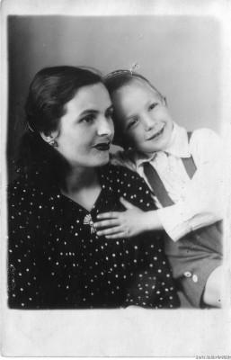 Лидия Степановна Синцева с сыном Леней, Новосибирск, 25 февраля 1951 года. Леонид Синцев был пианистом, профессором Санкт-Петербургской консерватории, умер в 2009-м году.