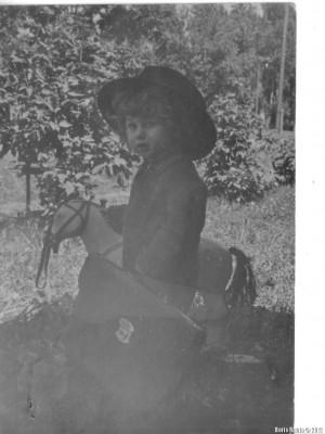"""Я стою около коня, который был пущен на """"пряники"""". Фото 1940 года."""