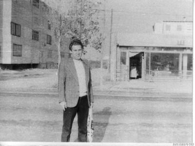 За спиной слева у меня задний фасад дома, в котором мы жили. Прямо - вход в магазин «Шекер», расположенный в соседнем здании. 1978 год.
