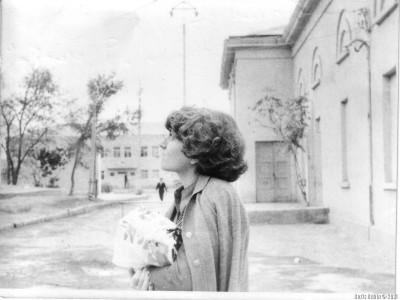Оксана около ташаузского кинотеатра «Дружба». 1978 год.