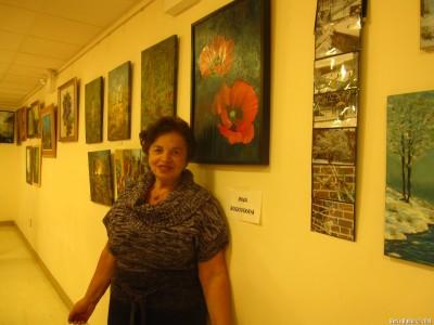 Инна Будовская около своей картины с маками
