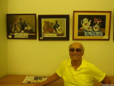 Арнольд Халфин около своих натюрмортов