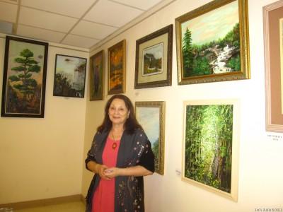 Ася Оранская около своих картин
