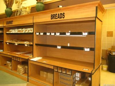 Пустые хлебные полки в продуктовом магазине