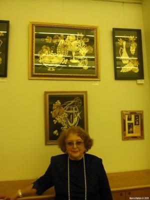 Людмила Шамис около своих композиций