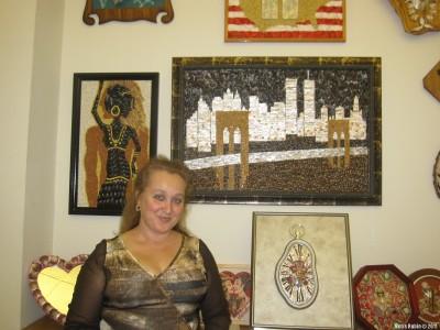 Алла Баксанская у мозаичных картин из ракушек