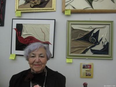 Фреда Ворошиловская около своих работ из кожи