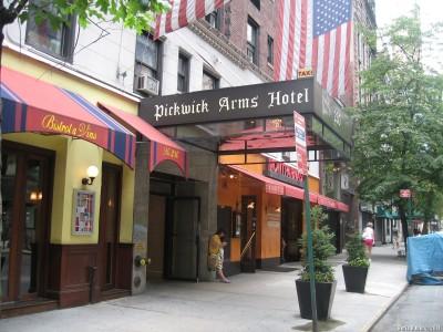 Вход в Pickwick Arms Hotel