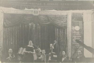 Выступление оркестра  на эстраде кинотеатра «Металлист». Солистка Ксения Рожевская, 1956 год