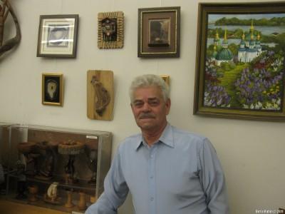 Яков Клейнерман около своих работ