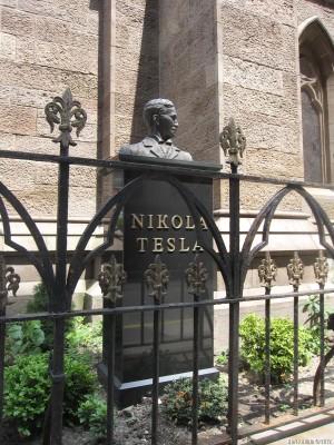 Николы Теслы около Собора