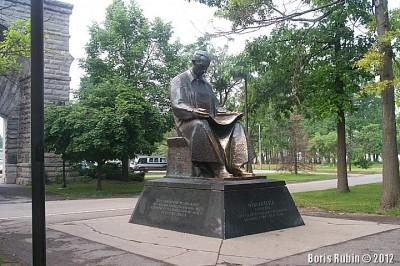 Памятник Николе Тесле в городе Ниагара Фоллс.
