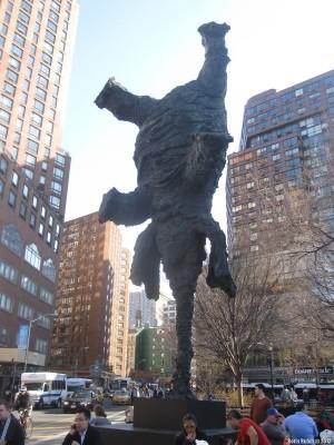 Слон, стоящий на хоботе