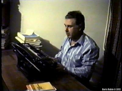 За печатной машинкой «Москва», 1988 год