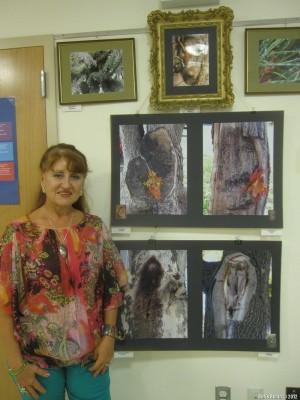 Татьяна Назаренко около своих работ