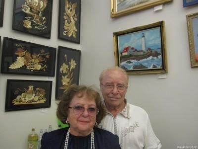 Людмила Шамис с мужем около своих работ
