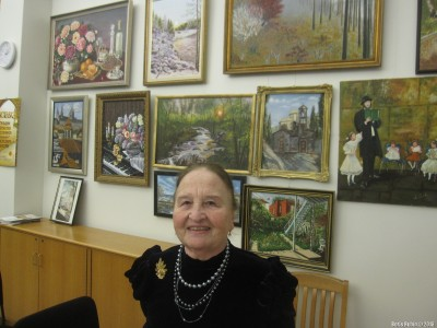 Людмила Лейбович около своих картин