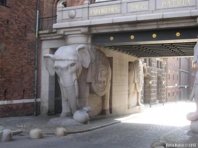 Слон со свастикой – символом удачи в воротах пивоварни Карла Якобсена