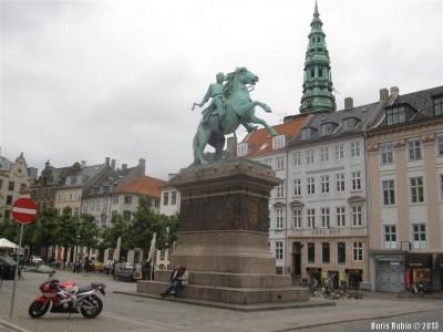 Памятник основателю Копенгагена епископу Абсалону