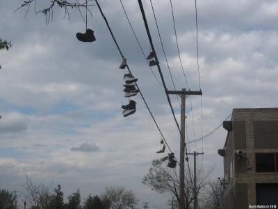 Обувь на проводах вдоль Linden Boulevard