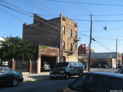 Кроссовки над West 15th Street