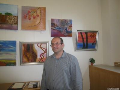 Вадим Левин около своих работ