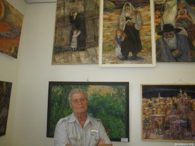 Рафаэл Акопов рядом со своими картинами